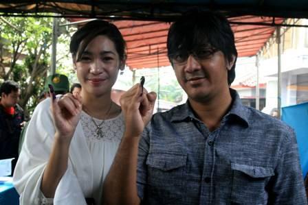 Andreas Taulany bersama Istri Reinwartia Trigina saat pencoblosan pemilihan suara ulang Pemilukada Kota Tangerang selatan di TPS 25 di Jl Ge