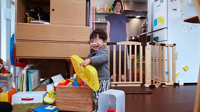 「紙板媽媽」成功騙過小孩。(圖/翻攝自@sato_nezi twitter)