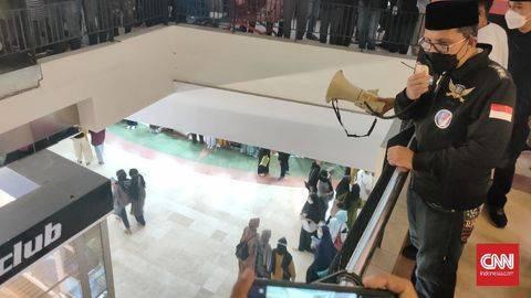 Wali Kota Makassar Moh Ramdhan Pomanto memberi imbauan mematuhi prokes pencegahan Covid-19 kepada pengunjung dan tenan di Mal Panakkukang, Makassar, 2 Mei 2021. (UNIKOLOGI.COMIndonesia/Ilham)