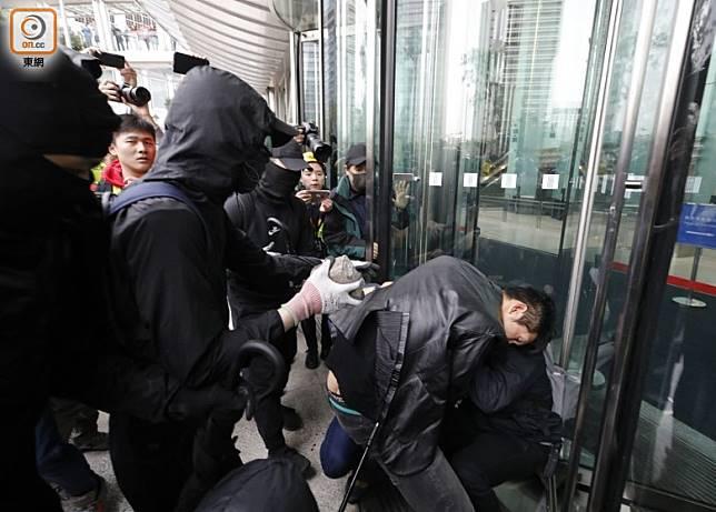 有人持磚頭到長江中心外向他人施襲。(李志湧攝)