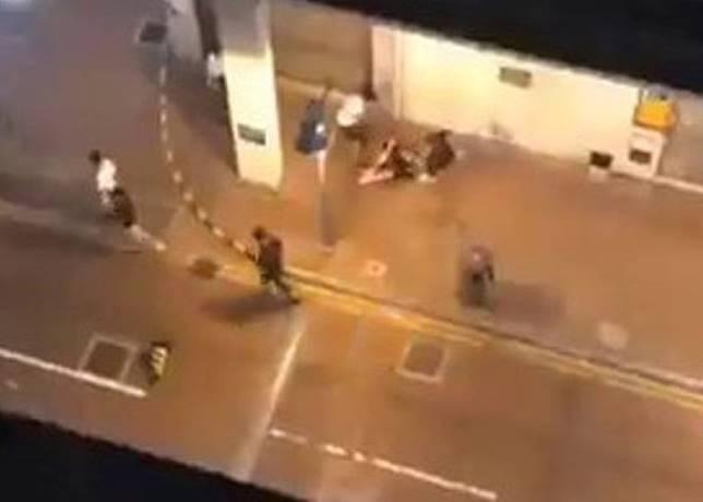 白衣男持鐵通襲擊男童,事主舉起雙手擋格。(互聯網)