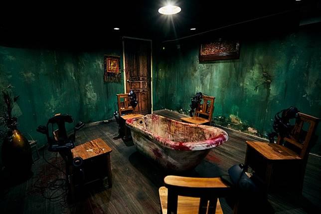 進入第二間密室後,整個環境頓時變成一間恐怖大宅,眼前只看到「血祭祭壇」── 一個血祭用的浴缸,一眾玩家將被鐵鏈綑綁在浴缸前的椅子上,準備進行血祭。(互聯網)
