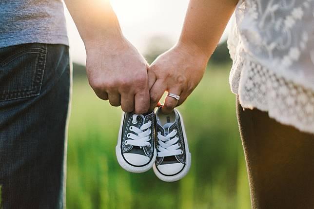 ▲李佳燕醫師發文感嘆,年輕人不敢結婚,結婚了也不敢生小孩,生了小孩也沒空陪伴的無奈現狀,獲得許多網友共鳴。(示意圖/翻攝自 Unsplash )