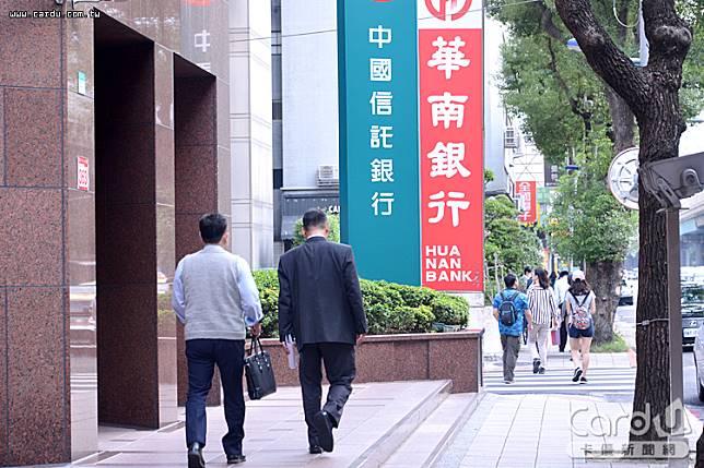 中國信託前10月稅前盈餘累計率先突破300億大關,來到326.03億元,穩居獲利王寶座(圖/卡優新聞網)