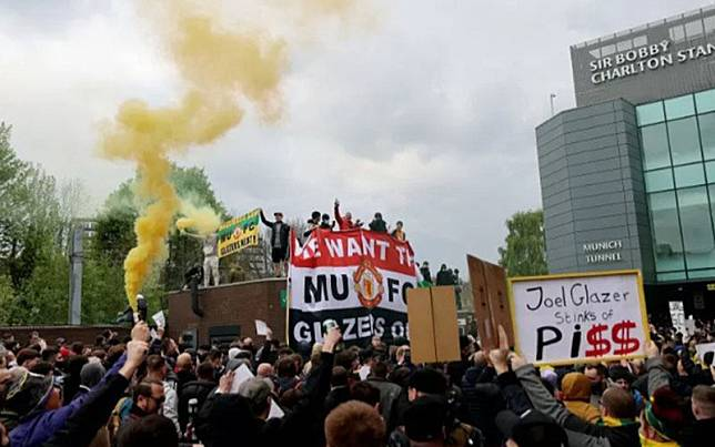 Fans Manchester United melakukan protes anti-Glazer di Old Trafford menjelang pertandingan melawan Liverpool./Antara/Reuters