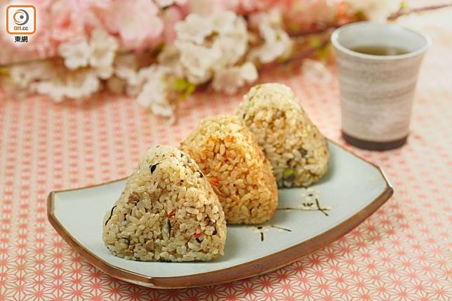 米飯與餡料拌勻搓成的飯糰,本身已有味道,就不用再加紫菜包裹。(張群生攝)