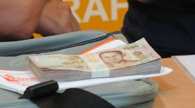 โชเฟอร์แท็กซี่ น้ำใจงาม วัย 55 ปี ส่งคืนเงินสด 1 แสนบาท หนุ่ม ชาวญี่ปุ่น