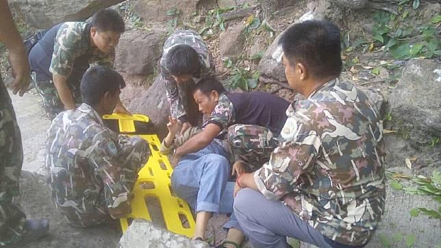 大陸一對夫妻日前到泰國遊玩時,妻子突然墜落山崖。(圖/翻攝自騰訊網)