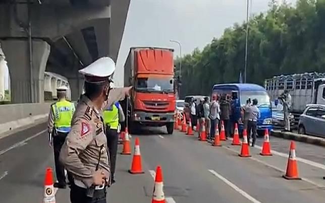 Penyekatan GT Tol Cikarang Barat karena larangan mudik Lebaran mulai Kamis (6/5/2021) / TMC Polda Metro Jaya