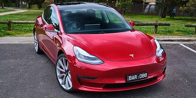 Tesla Model 3 (Carscoops)