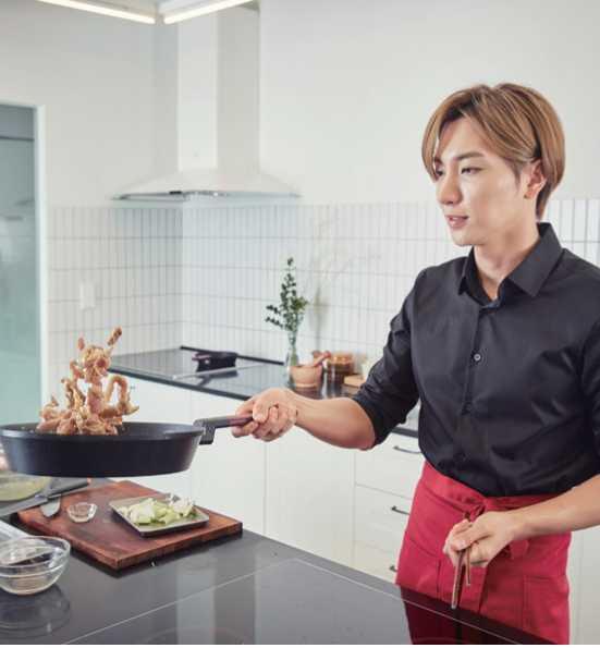 4、熱油鍋,放入醃好的肉片翻炒,等肉熟且湯汁減少時,放入洋蔥和蔥炒一下。