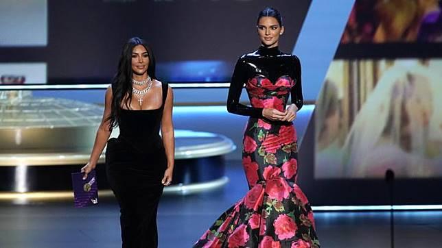 Kim Kardashian West (kiri) dan Kendall Jenner tiba di atas panggung dalam ajang Emmy Awards ke-71 di Los Angeles, California, AS, 22 September 2019. REUTERS/Mike Blake