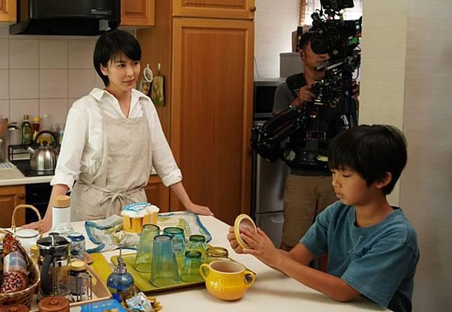 降谷凪於片中則扮演松隆子的兒子瑛斗。