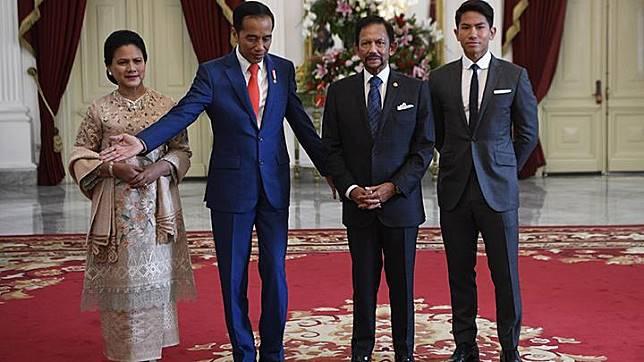 Presiden Joko Widodo (kedua kiri) didampingi Ibu Negara Iriana Joko Widodo (kiri) menyambut kunjungan kehormatan Sultan Brunei Darussalam Sultan Hassanal Bolkiah (kedua kanan) di Istana Merdeka, Jakarta, Minggu 20 Oktober 2019. ANTARA FOTO/Puspa Perwitasari