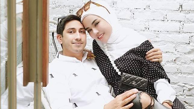 Ilustrasi Potret Mesra Medina Zein dan Suami Lukman Azhari. Medina Zein mengaku kemesraannya selama ini dengan suami hanyalah sandiwara. [Instagram/@medinazein ini sudah lama terjadi namun Medina Zein menutupinya.</p><p>Namun kesabaran Medina Zein sudah habis karena ia terus-terusan mengalami kekerasan yang dilakukan suami. Akhirnya ia membuka kondisi rumah tangganya selama ini.</p><p>Kabar ini diungkap sendiri oleh Medina Zein di Instagram Story. Di situ, perempuan berhijab ini mengunggah foto tangannya yang tampak luka dan berdarah.</p><figure class=