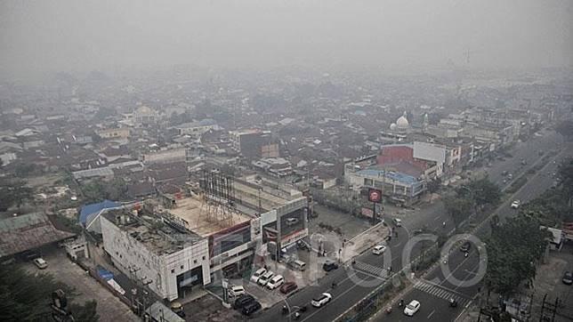 Kabut asap yang berasal dari kebakaran hutan dan lahan memenuhi Kota Pekanbaru, Riau, Rabu, 18 September 2019.  TEMPO/Hilman Fathurrahman W