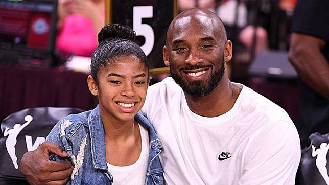 Bintang basket NBA, Kobe Bryant berfoto bersama putrinya Gianna di WNBA All Star Game di Mandalay Bay Events Center, Las Vegas, 27 Jul 2019. Kobe dan Gianna dikabarkan tewas dalam kecelakaan helikopter di California pada Ahad pagi waktu setempat, 26 Januari 2020. Stephen R. Sylvanie-USA TODAY Sports