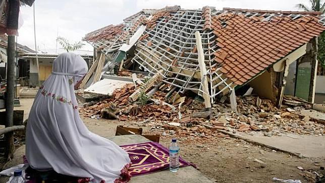Bangunan Luluh Lantak, Korban Gempa Lombok Salat di Luar Ruangan