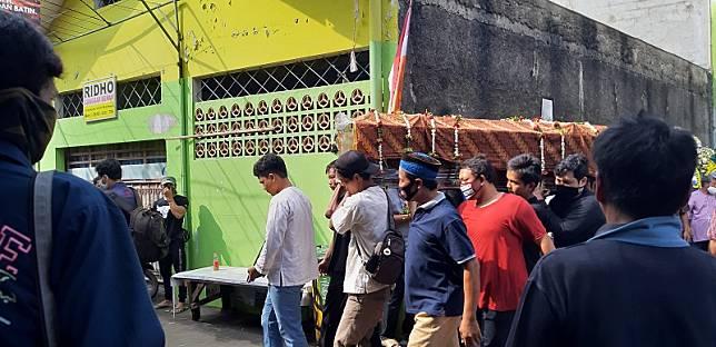 Jenazah Yodi Prabowo dibawa ke TPU Sandratex Tangerang Selatan. Medcom.id/Farhan D