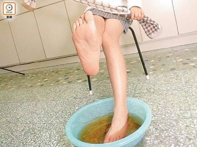 泡腳水應放涼至攝氏45至50度左右,以防燙傷皮膚,只要水溫適中,就可以把雙腳浸入水中。(資料圖片)
