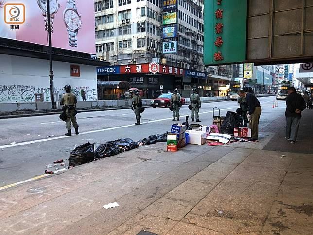 信和中心對開彌敦道有人將垃圾推到馬路上。(陳綺雯攝)