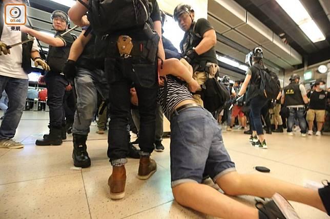 當日沙田爆發衝突,有示威者被警員帶走。