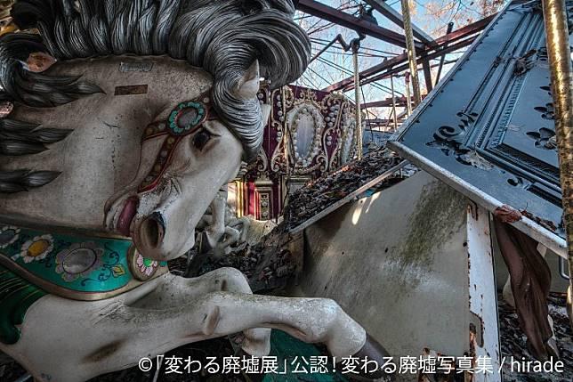 連旋轉木馬亦成了主角,白馬的表情跟如此荒涼的畫面出奇地夾呢。(互聯網)