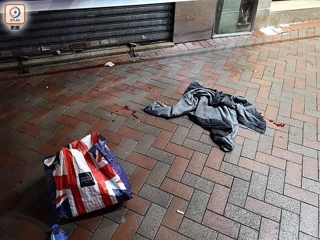 行人路上遺下一個膠袋及外套,外套內有一張覆診紙。(陳錦揮攝)