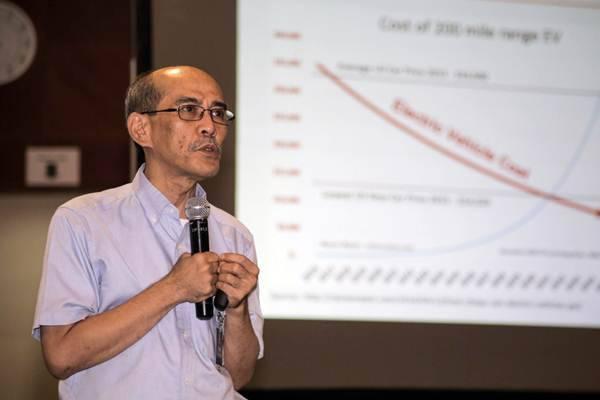 Pakar Ekonomi Faisal Basri memberikan paparan dalam diskusi bertajuk Roadmap Pengembangan Kendaraan Listrik di Indonesia, di kantor pusat PLN, Jakarta, Selasa (10/7/2018)./JIBI-Felix Jody Kinarwan