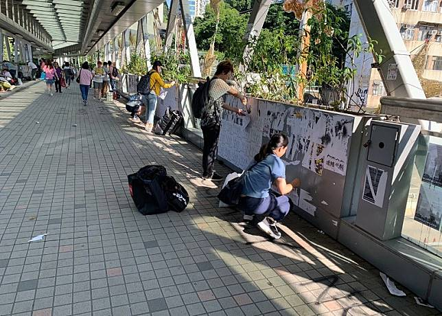何文田港鐵站外有市民清走便利貼。(互聯網)