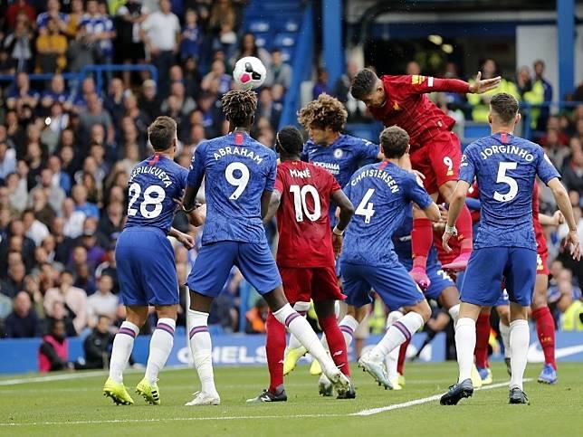 費明奴為利物浦頭槌攻入。(美聯社)