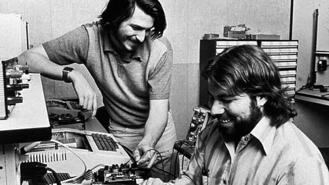 Steve Jobs (kiri) dan Steve Wozniak (kanan) semasa mudanya