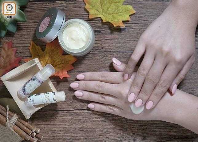 市面上的護膚品多含化學成分,敏感皮膚者未必合用。不妨考慮DIY護膚品,步驟簡單,成分天然。(張群生攝)