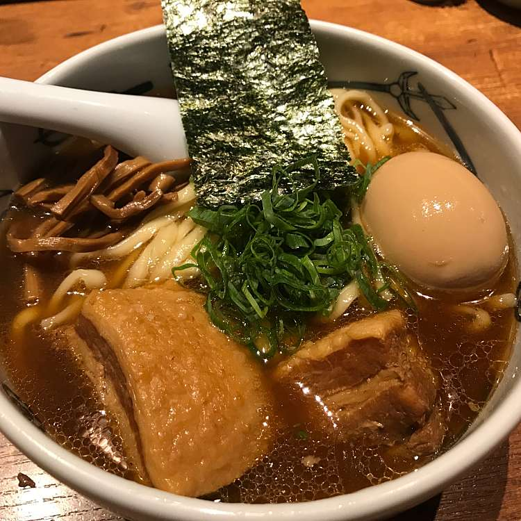 新宿区周辺で多くのユーザーに人気が高い醤油ラーメン麺屋武蔵 新宿総本店の武蔵ら~麺の写真
