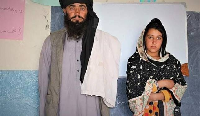Mia Khan setiap hari mengantar dan menunggui ketiga putrinya ke sekolah dengan sepeda motor demi pendidikan anak-anaknya. Sumber: Reporterly