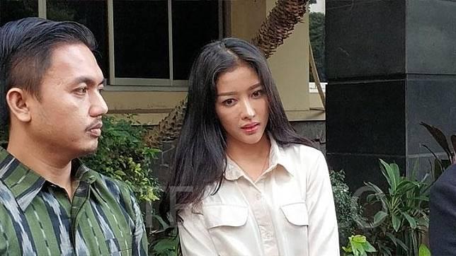 Pramugari Garuda Indonesia Siwi Widi Purwanti usai menjalani pemeriksaan di Polda Metro Jaya, Senin, 20 Januari 2020. TEMPO/M Julnis Firmansyah