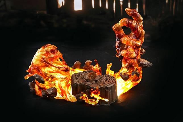 豪華版附有一組Molten Man熔岩情景地台,內置LED發光效果。(互聯網)