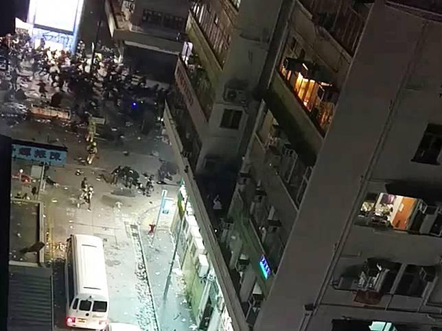 片段所見,昨晚在油麻地碧街附近有幾十人爭相走避。(立場新聞提供)