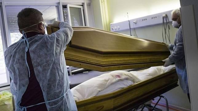 Foto orang meninggal akibat Virus Corona. [SEBASTIEN BOZON / AFP]