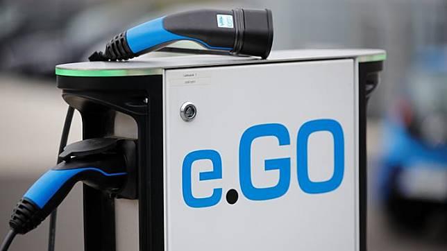Stasiun pengisian mobil listrik dari Start-up Jerman, e.Go Life di depan perusahaan e.GO Mobile AG di Aachen, Jerman, 9 Mei 2019. e.GO Life menawarkan empat tempat duduk yang sedikit lebih pendek dari Fiat 500 dan tersedia dalam tiga konfigurasi baterai berbeda. REUTERS/Wolfgang Rattay