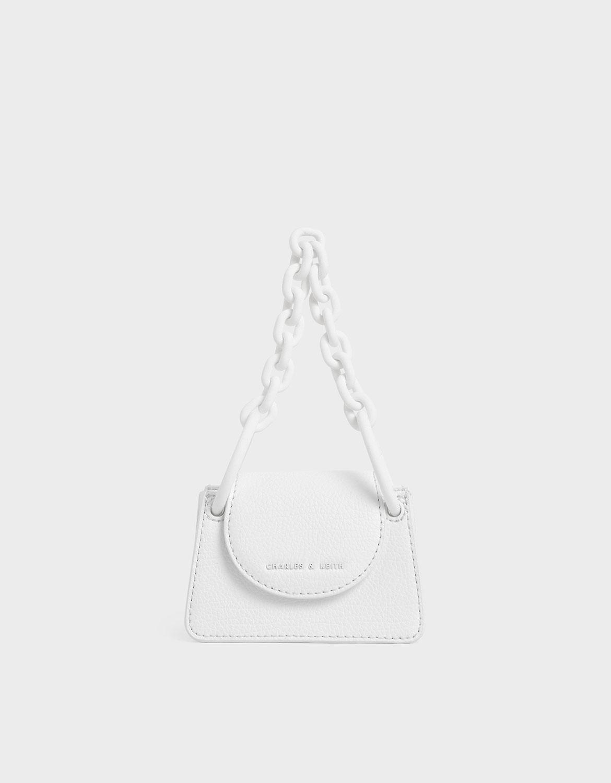 純白色調體現簡約、現代特質,結合前衛的粗鍊條手提設計,打造出簡潔時髦的單品。
