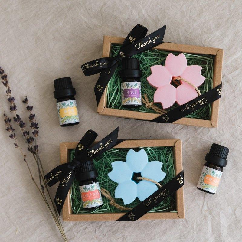 櫻花熱烈、純潔、高尚,在很多人的心目中是美麗、漂亮和浪漫的象徵。 滴入適量的精油或香水,作室內香氛擺飾,可重複使用,既環保又提升生活品質。