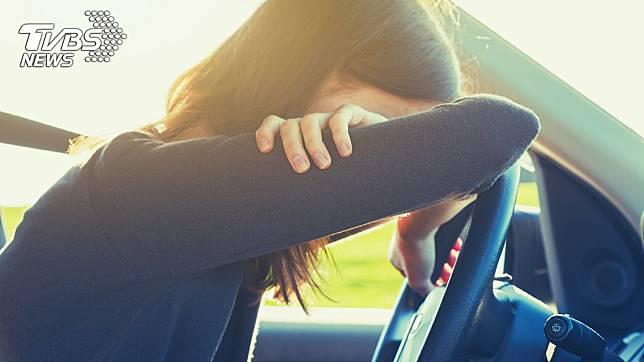 當開車感到疲憊時,許多人會在車上開引擎、開空調睡覺。示意圖/TVBS