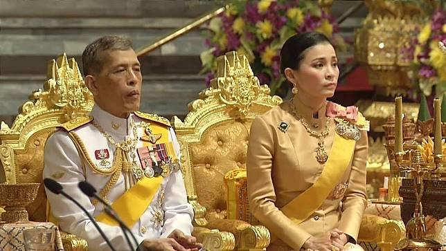 พระบาทสมเด็จพระเจ้าอยู่หัว  สมเด็จพระนางเจ้าฯ พระบรมราชินี  และพระบรมวงศานุวงศ์ เสด็จฯในการพระราชพิธีทรงบำเพ็ญพระราชกุศล เนื่องในวันคล้ายวันสวรรคต รัชกาลที่ ๙
