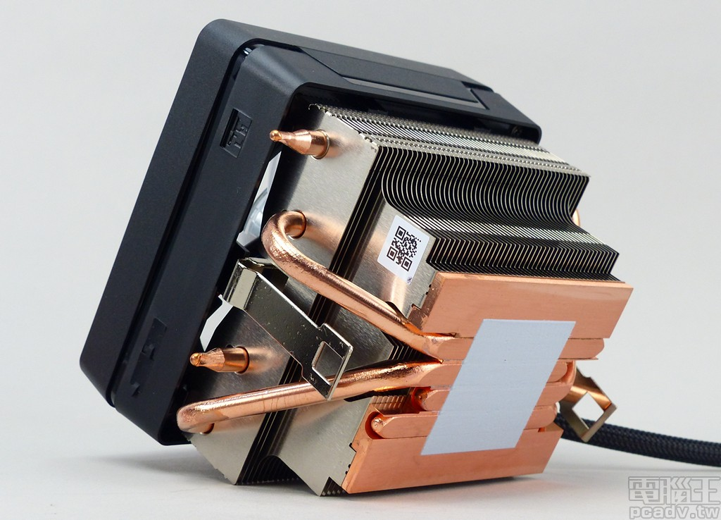 ▲ Wraith Prism 散熱器側邊仍舊保留 L 低轉速與 H 高轉速指撥開關,亦可透過 +12V、G、R、B 或是 USB 連接方式同步控制發光效果;散熱器採用 4 根 6mm 熱導管直觸設計,並預先塗上散熱膏。