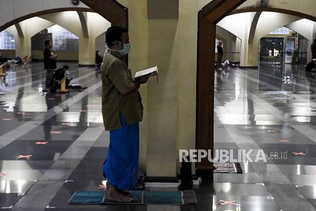 Umat muslim menunaikan Shalat Tahajud saat beritikaf pada sepuluh malam terakhir Ramadhan 1442 H di Masjid Pusdai, Kota Bandung, Senin (3/5) dini hari.