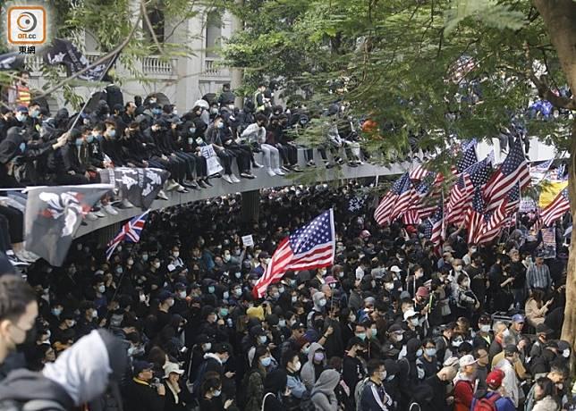 集會現場有人揮動美國國旗。(李志湧攝)