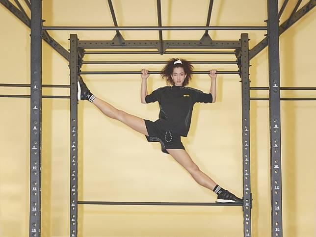 新系列硬照特別請來著名編舞家Tanisha Scott指導四位紐約舞蹈員,在健身室場景中展示高難度舞姿。(互聯網)