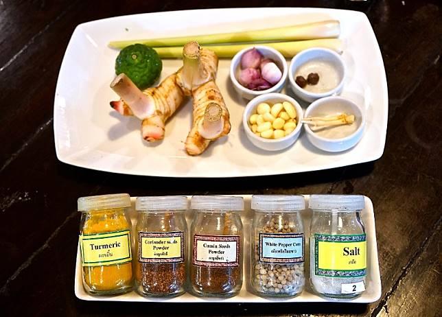 煮一份青咖喱,單是香料、香草等,就要用上10多種來調味。(單身旅子攝)