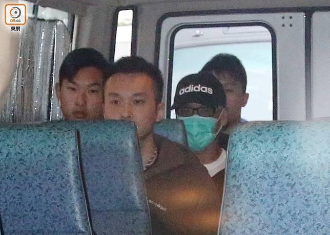 車上唯一戴口罩的男子疑是季炳雄。(鍾健國攝)